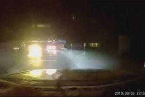 Cố tình vượt ẩu khi vào cua, xe khách suýt gây tai nạn trong đêm