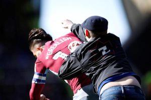 Cầu thủ Aston Villa bị CĐV tấn công trên sân