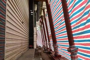 Nhiều ngôi nhà bỗng dưng 'chống nạng' trên phố Đào Tấn, Hà Nội