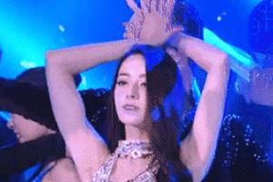 Địch Lệ Nhiệt Ba giả giọng con vật, hát bên Châu Du Dân và nhảy sexy