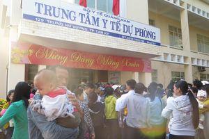 Quảng Nam: Mỏi mệt chờ tiêm chủng cho trẻ nhỏ
