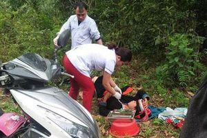 Bác sĩ phóng xe máy đến bìa rừng đỡ đẻ cho sản phụ sinh con dọc đường