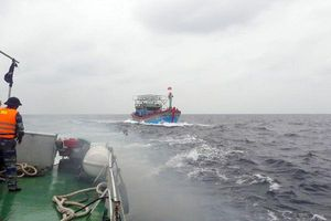Tiếp cận, lai dắt 2 tàu cá gặp nạn vào bờ