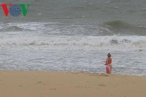 Sóng dữ nhấn chìm khiến 4 người tử vong khi tắm biển ở Bình Thuận