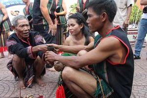 Lễ cúng tôn vinh hạt thóc của người M'Nông Gar