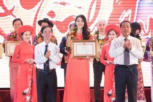 Hoa hậu Trần Tiểu Vy tự hào 'khoe' được quê nhà tặng bằng khen