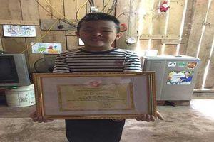 Cậu bé 8 tuổi vùng cao cùng mẹ vượt 100km để học tiếng Anh nhận thư khen của Bộ trưởng và học bổng