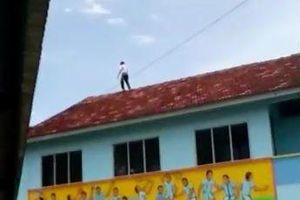 Tỏ tình thất bại, cậu bé 13 tuổi trèo lên nóc nhà đòi tự tử