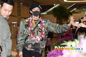 Bất chấp tuổi 40, Ha Ji Won đọ sắc với Yuri - Taeyeon (SNSD) ở sân bay, Lee Jun Ki phát kẹo cho fan