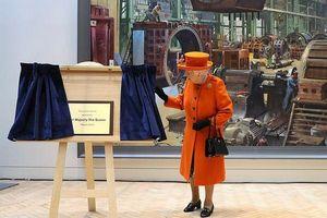 Nữ hoàng Anh sành điệu cập nhật xu hướng màu cam san hô rực rỡ