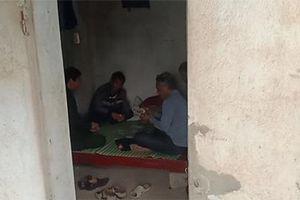 Cán bộ ở Thanh Hóa bỏ trực, ngồi đánh bài tại chốt kiểm dịch tả lợn châu Phi