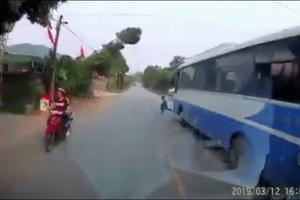 Bé trai đột ngột lao thẳng ra đường suýt bị ôtô đâm