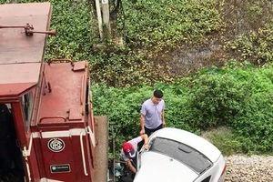 Ô tô chở 5 người bị tàu hỏa đâm, kéo lê hàng chục mét
