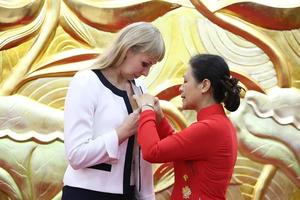 Trao Kỷ niệm chương cho Giám đốc Trung tâm Khoa học và Văn hóa Nga tại Hà Nội