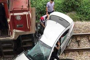 Va chạm với tàu hỏa, 5 người trên xe ôtô thương vong