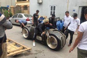 Danh tính biker nổi tiếng 'cưỡi' siêu mô tô Tron Light Cycle 2,7 tỉ đồng vi vu trên đường phố Hà Nội