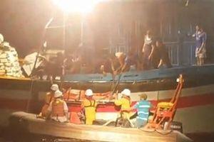 Vượt sóng xuyên đêm cứu ngư dân trên vùng biển Hoàng Sa