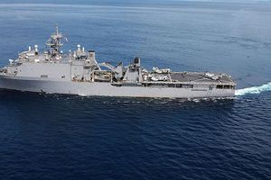 Tàu chiến Mỹ kẹt trên biển suốt 2 tháng vì thủy thủ bị bệnh truyền nhiễm