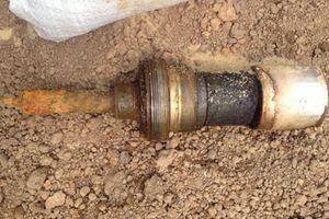 Đào móng làm nhà, tá hỏa phát hiện bom 'khủng' nguyên ngòi nổ