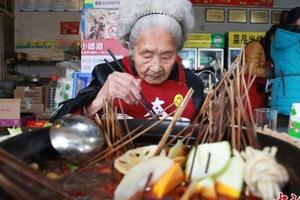 Trung Quốc: Dân mạng 'phát sốt' vì cụ bà 98 tuổi có thói quen ăn uống như thanh niên