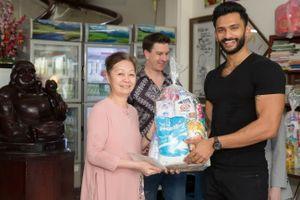 Nam vương siêu quốc gia 2018 đến thăm các em mồ côi tại Việt Nam