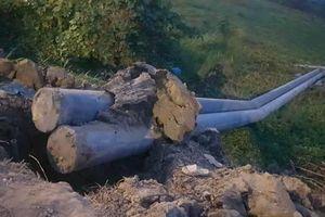 Kiên Giang: 2 trụ điện cao 14 mét bất ngờ ngã, 2 công nhân thương vong