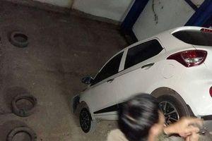 Vận thang lỗi, Hyundai Grand i10 cắm đầu xuống đất vỡ toác ở Hà Nội