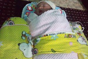 Hà Tĩnh: Bé gái sơ sinh bụ bẫm bị bỏ trong túi nilon nằm bên vệ đường