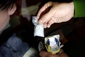 Thấy cảnh sát 911, thanh niên hoảng hốt vứt ma túy phi tang