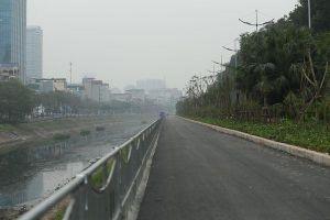 Nằm kế sông Tô Lịch bốc mùi hôi thối, đường đi bộ dài nhất Hà Nội khiến nhiều người e ngại