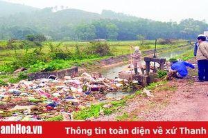 Cần có biện pháp xử lý nghiêm các trường hợp xả rác xuống lòng kênh