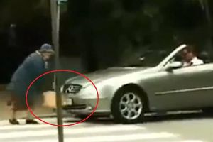 Tài xế ôtô bóp còi inh ỏi, bị cụ bà đập bung túi khí xe