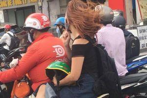 Đội mũ bảo hiểm là quyền của khách, khi bị phạt lại là lỗi của xe ôm?