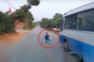 Bé trai may mắn thoát chết trước đầu ôtô khi sang đường