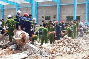 Sập tường đang xây dựng, tám công nhân thương vong