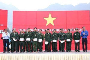 Trao sáu nghìn lá quốc kỳ tặng nhân dân 25 tỉnh giáp biên