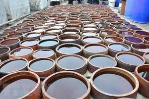 Nước mắm truyền thống và nước chấm công nghiệp nên mua loại nào?