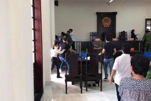 TP.HCM: Truy tố 3 anh em đại náo phiên tòa, đánh kiểm sát viên, lực lượng công an