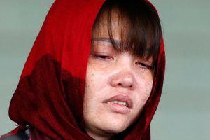 Đoàn Thị Hương suy sụp, được đưa đến bệnh viện Malaysia