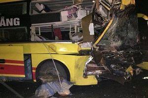 Thanh Hóa: Xe khách va chạm với xe đầu kéo trong đêm, phụ xe tử nạn