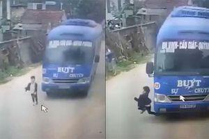 Đứng tim nhìn bé trai thoát chết trước đầu xe buýt lao vun vút