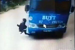 Cháu bé 6 tuổi thoát chết nhờ cú bẻ lái của tài xế