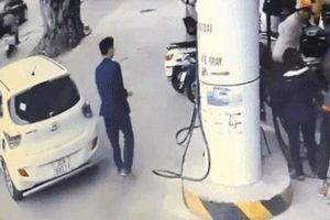 Nam thanh niên đi ô tô, mặc bảnh bao như giám đốc 'quỵt' 150 nghìn tiền xăng