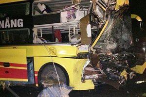 Xe giường nằm đâm sập tường rào, phụ xe tử vong, nhiều hành khách bị thương