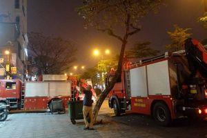 Hà Nội: Giải cứu trong đêm người đàn ông 'cố thủ' trên nóc nhà hơn 8 tiếng