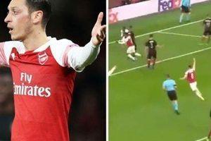 CĐV Arsenal tức điên với biểu hiện khó tin của Ozil ở bàn thứ 2