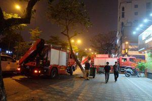 Cảnh sát hơn 7 giờ giải cứu người đàn ông ngoại quốc leo trên nóc nhà cố thủ