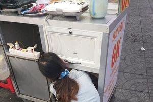Quặn lòng cảnh người mẹ bán bánh đặt con nằm bú sữa dưới thùng xe để tiếp tục mưu sinh: 'Chỉ có tình mẹ là vô biên!'