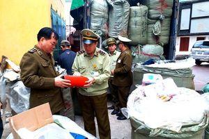 Thu giữ hơn 2 tấn quần áo, mỹ phẩm nhập lậu tại Lạng Sơn