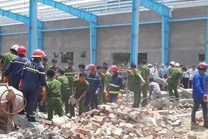 Bí thư Tỉnh ủy Vĩnh Long thăm gia đình nạn nhân vụ sập tường